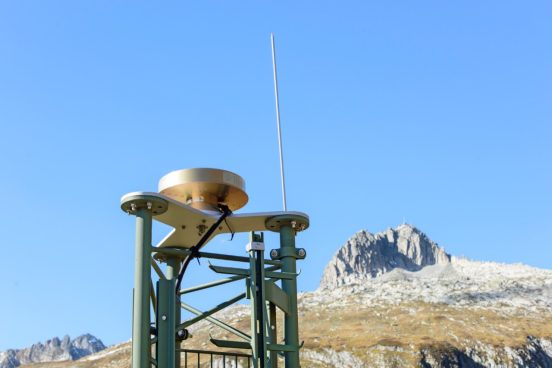 The 31 permanently operated satellite receiving stations secure Switzerland's official reference frame – here, a station on Oberalp