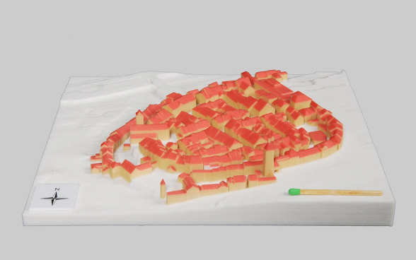Right: 3D image of the old town centre of Aarau. Left: the utilised building data from the topographic landscape model.